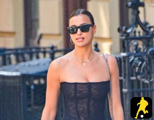"""Siêu mẫu Irina Shayk diện bodysuit khoe dáng """"bốc lửa"""" trên phố"""